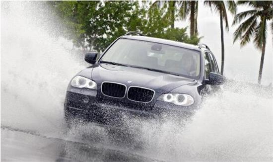 在雨天开车的时候,这些技巧,让你更安全